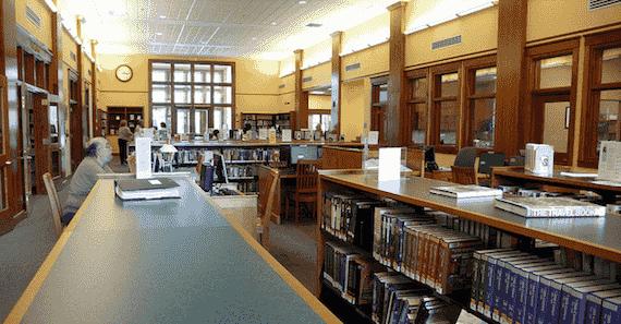 une bibliothèque prête des liseuses