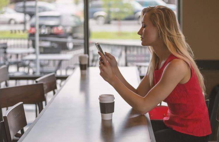 lectrice ebook café, lecteur livre