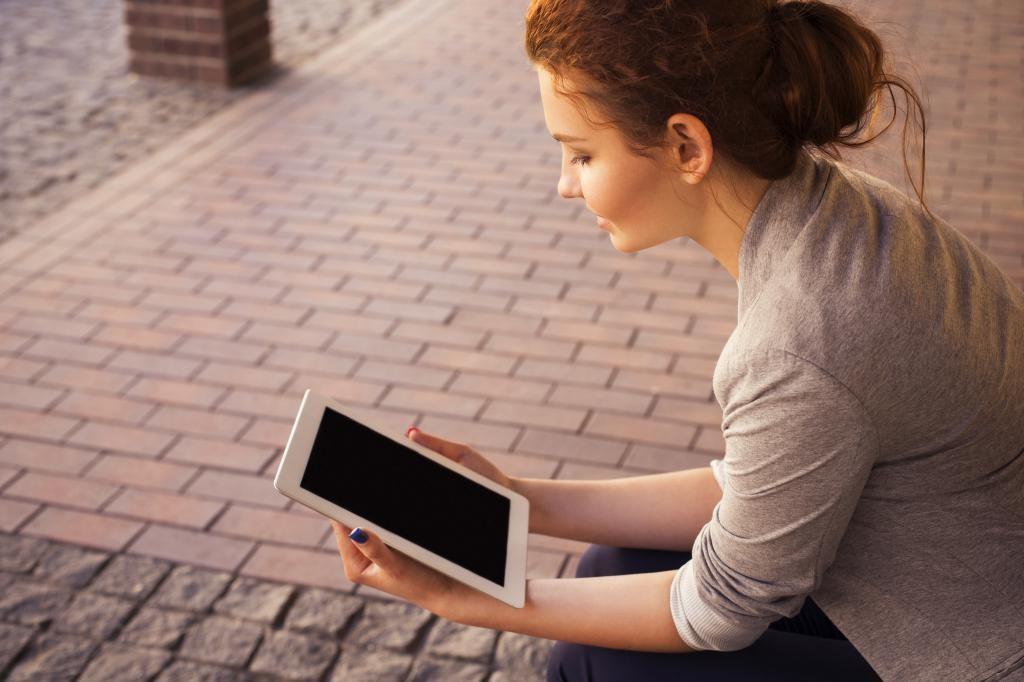 femme avec tablette