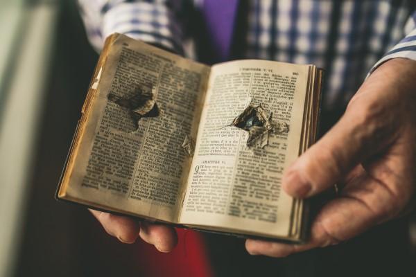 un livre arrête une balle de fusil