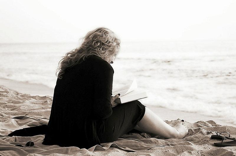 lecture d'un livre à la plage