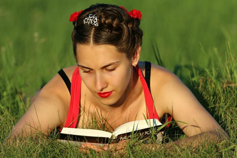 fille femme avec livre nature