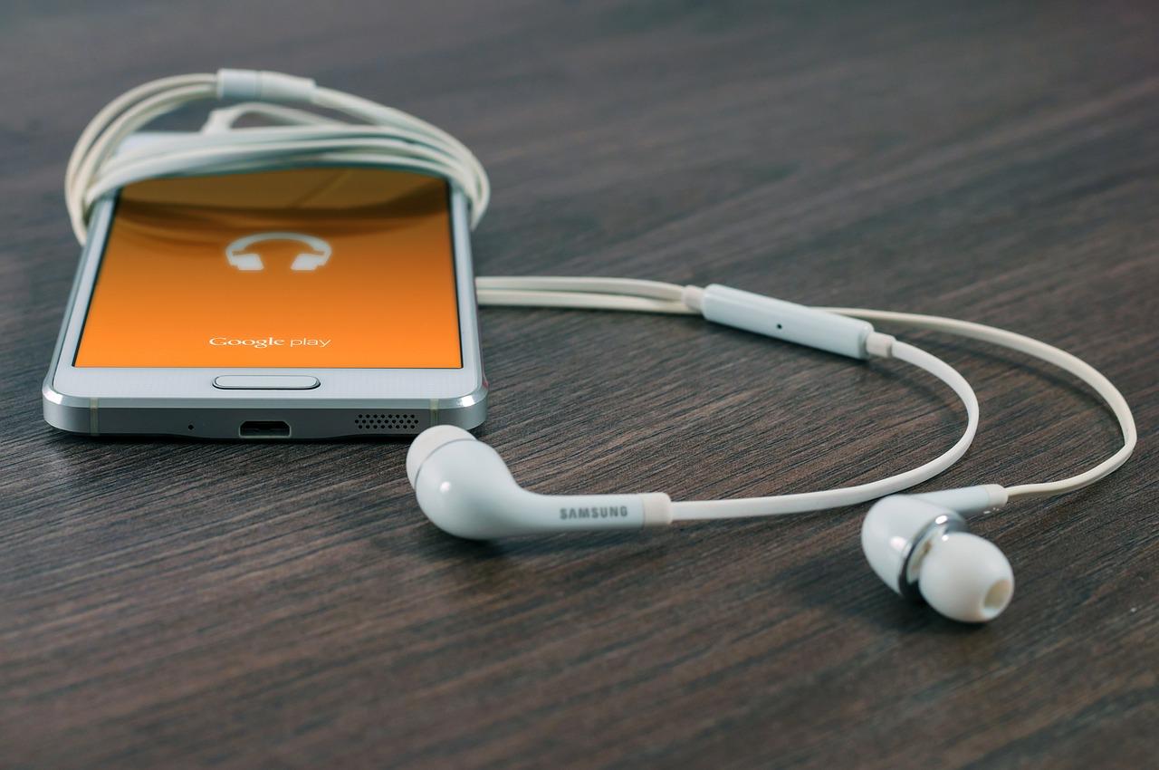 smartphone avec casque et écouteurs audio