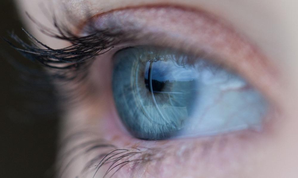 yeux bleus femme
