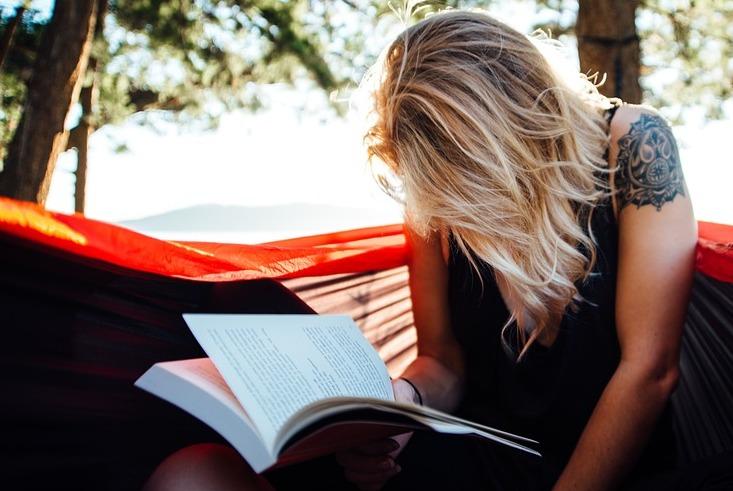 femme qui lit un livre nature