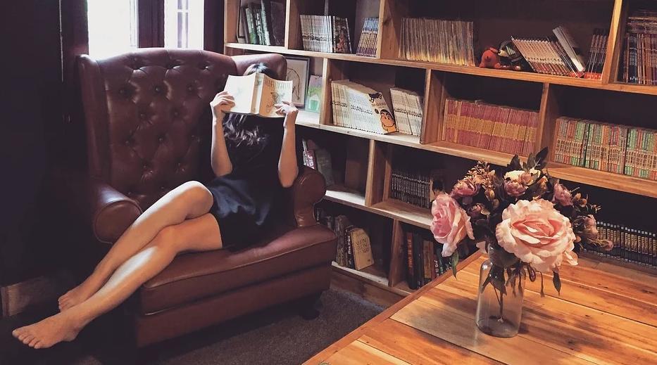 femme lecture bibliothèque