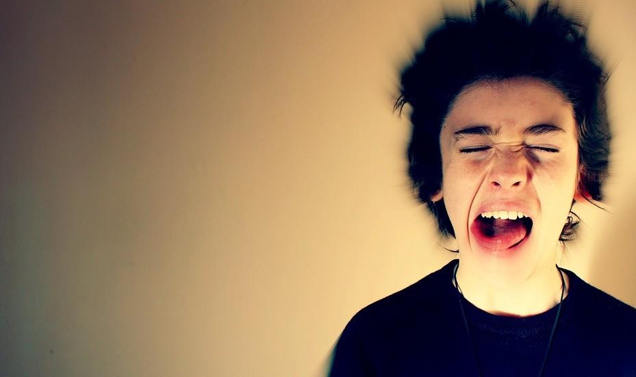 jeune homme en colère